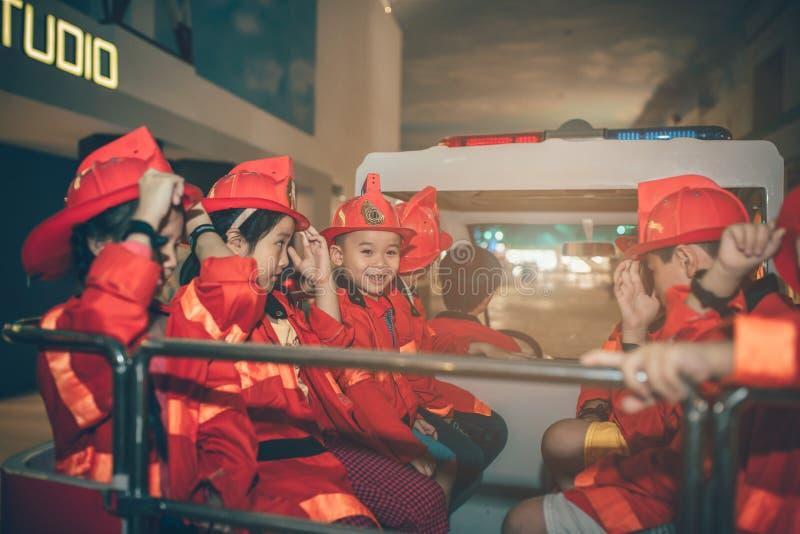 胡志明市,越南- 2016年6月17日, :获得的孩子乐趣 库存图片