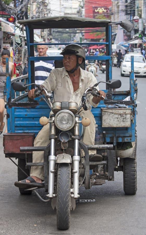 胡志明市, VIETNAM-NOV第3 :一个人乘坐在Bui Vien stre下 图库摄影
