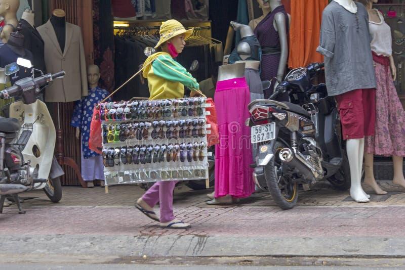 胡志明市, VIETNAM-NOV第4 :卖sungla的摊贩 库存照片