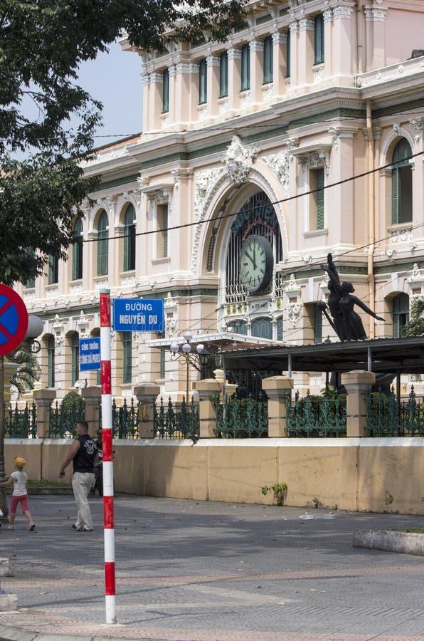 胡志明市, VIETNAM-NOV第4 :走通过中心的人们 图库摄影