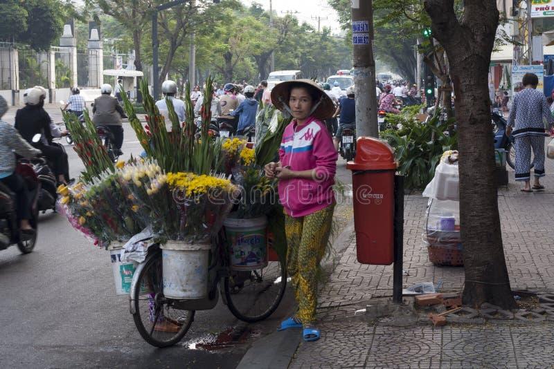 胡志明市, VIETNAM-NOV第5 :11月5t的一位花卖主 库存图片