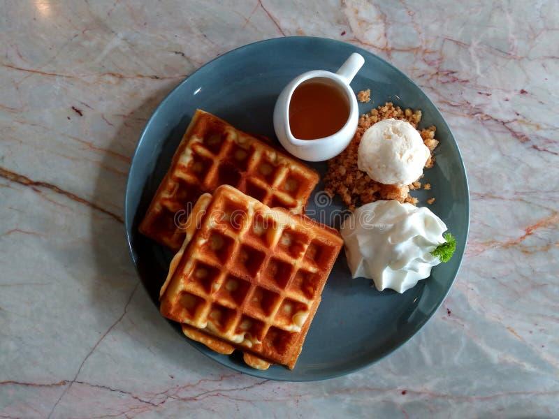 胡扯用糖浆奶蛋烘饼用冰淇凌奶蛋烘饼用草莓奶蛋烘饼用鞭子在木桌美味的奶蛋烘饼新鲜的wa的奶油奶蛋烘饼 免版税库存图片