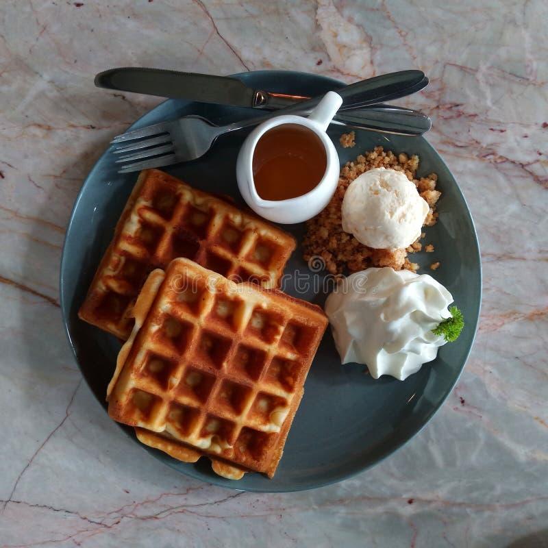 胡扯用糖浆奶蛋烘饼用冰淇凌奶蛋烘饼用草莓奶蛋烘饼用鞭子在木桌美味的奶蛋烘饼新鲜的wa的奶油奶蛋烘饼 库存图片