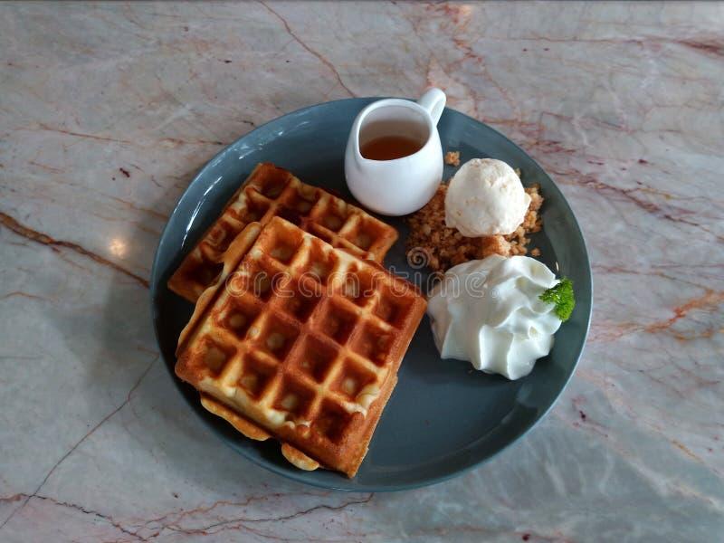胡扯用糖浆奶蛋烘饼用冰淇凌奶蛋烘饼用草莓奶蛋烘饼用鞭子在木桌美味的奶蛋烘饼新鲜的wa的奶油奶蛋烘饼 免版税库存照片