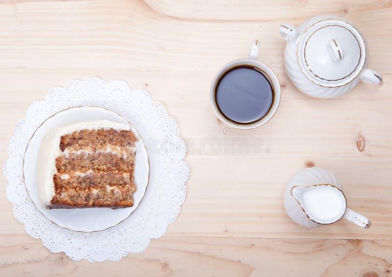 胡桃蛋糕片断与白色buttercream结冰的 库存图片