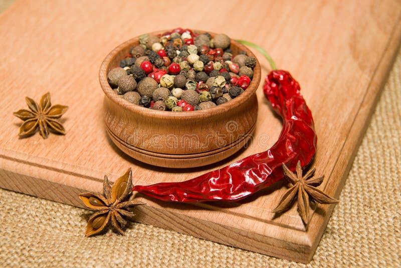 胡椒、cilli和八角五谷木表面上 免版税库存照片