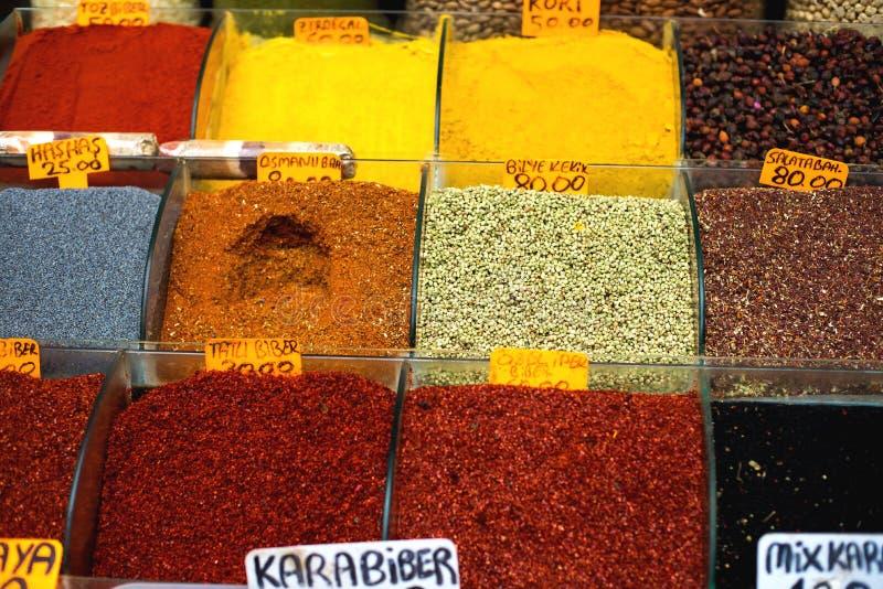 胡椒和其他香料的许多类型在容器在盛大义卖市场,伊斯坦布尔,土耳其喜欢花瓶 免版税库存图片