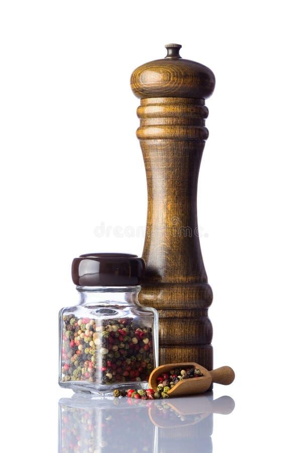 胡椒和干胡椒与磨房在白色 免版税库存照片