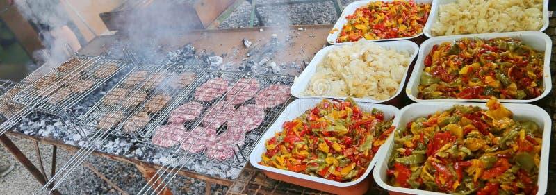 胡椒盘子和葱和格栅用汉堡 库存照片