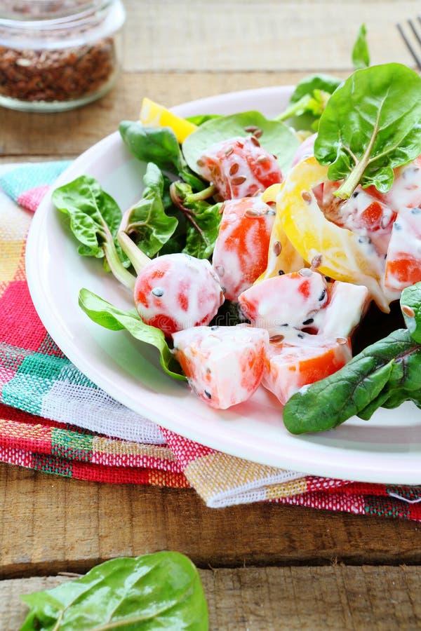 胡椒,蕃茄新鲜的沙拉用希腊酸奶 免版税库存照片