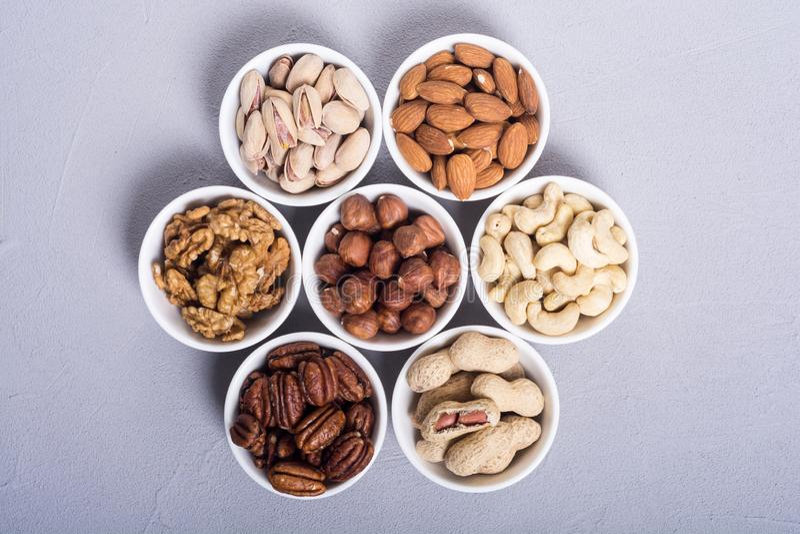 胡说的开心果、杏仁、核桃、松果、榛子和腰果的混合 在碗backgrond的快餐 库存照片
