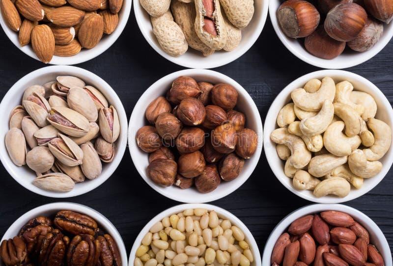胡说的开心果、杏仁、核桃、松果、榛子和腰果的混合 在碗backgrond的快餐 免版税库存图片