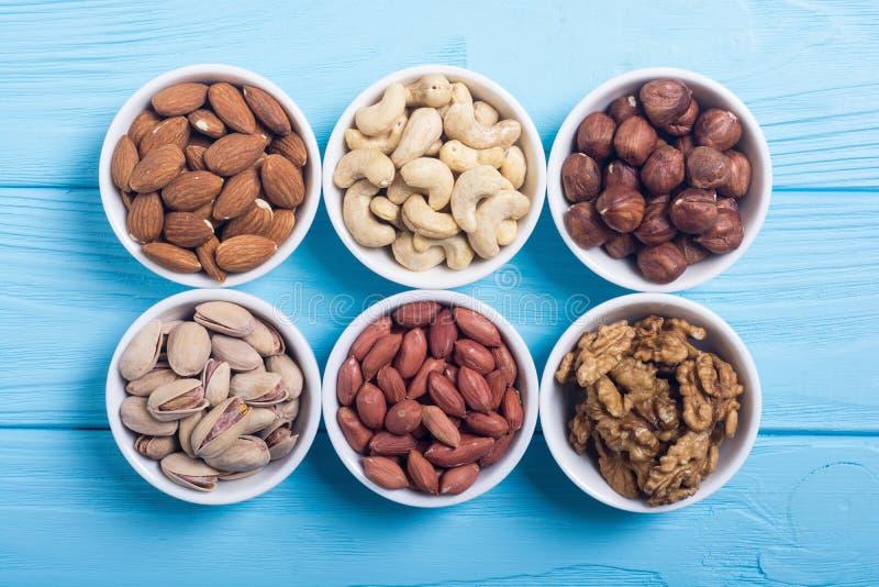 胡说的开心果、杏仁、核桃、松果、榛子和腰果的混合 在碗backgrond的快餐 库存图片