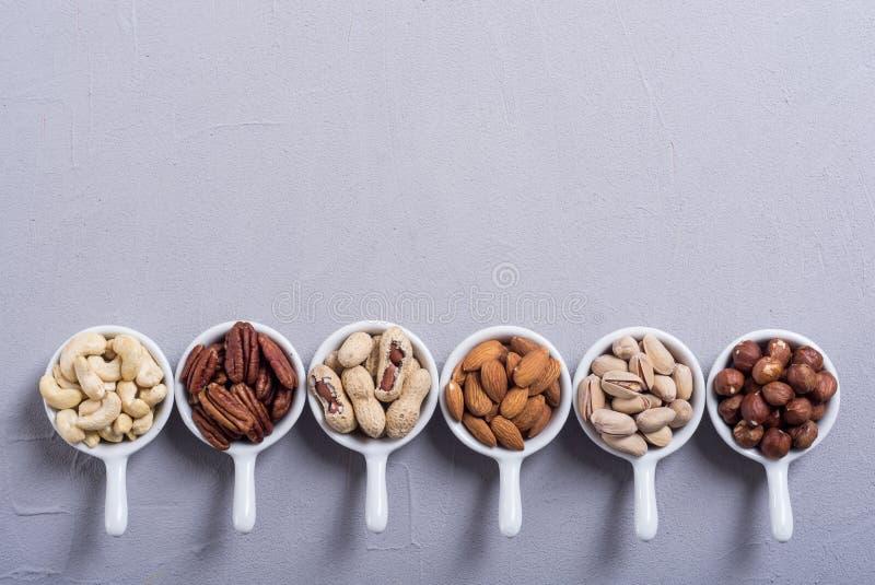 胡说的开心果、杏仁、核桃、松果、榛子和腰果的混合 在碗backgrond的快餐 免版税库存照片