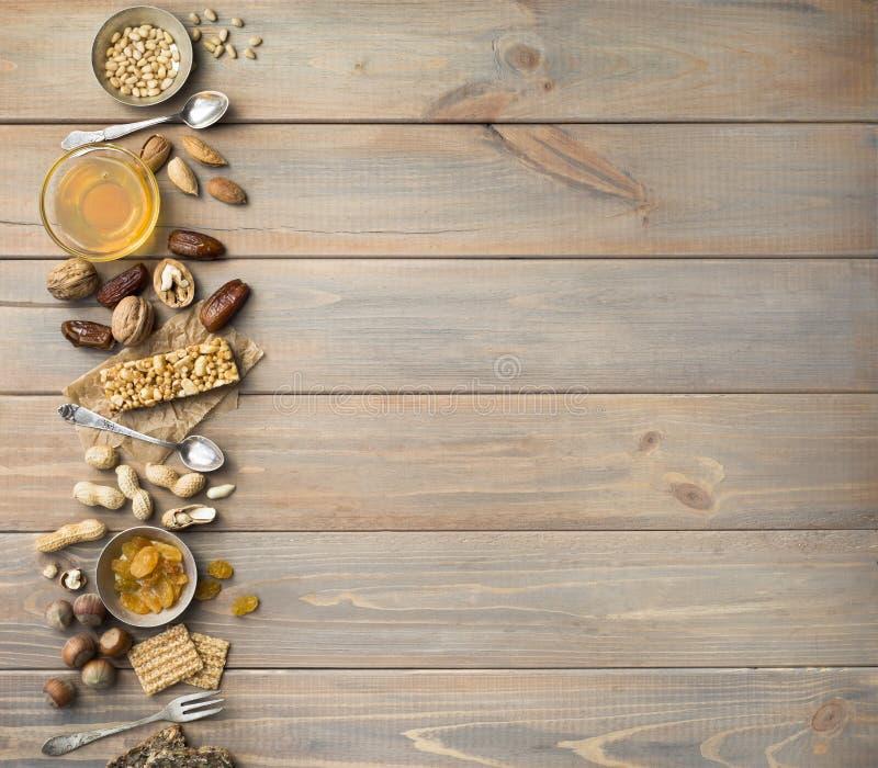 胡说,干果子、蜂蜜和老匙子和叉子在木桌背景 ??spase 免版税库存图片
