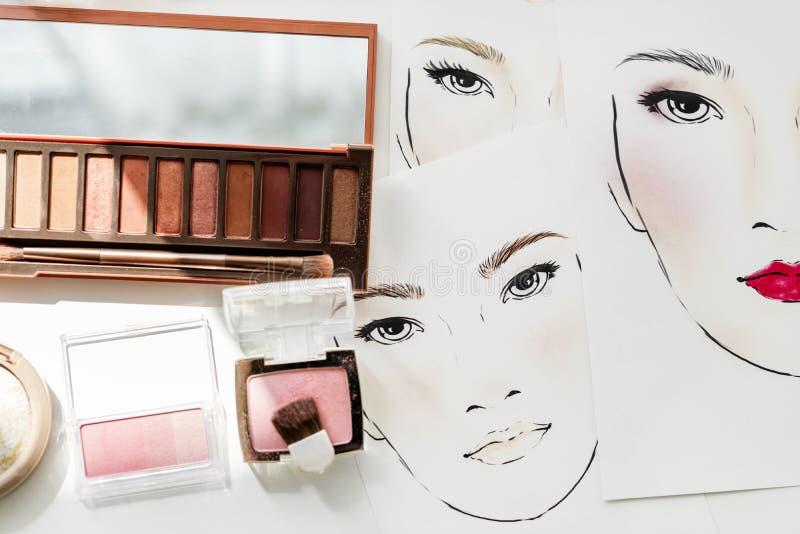 胭脂和眼影膏特写镜头在面孔图 库存照片