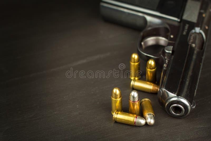 胳膊向右转 军备控制 在枪的细节 您的文本的地方 火器销售  库存图片
