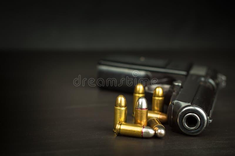 胳膊向右转 军备控制 在枪的细节 您的文本的地方 火器销售  免版税库存照片
