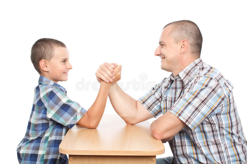 胳膊有父亲的乐趣儿子搏斗 免版税库存图片