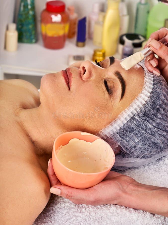 胶原面罩 面部皮肤治疗 接受化妆做法的妇女 图库摄影