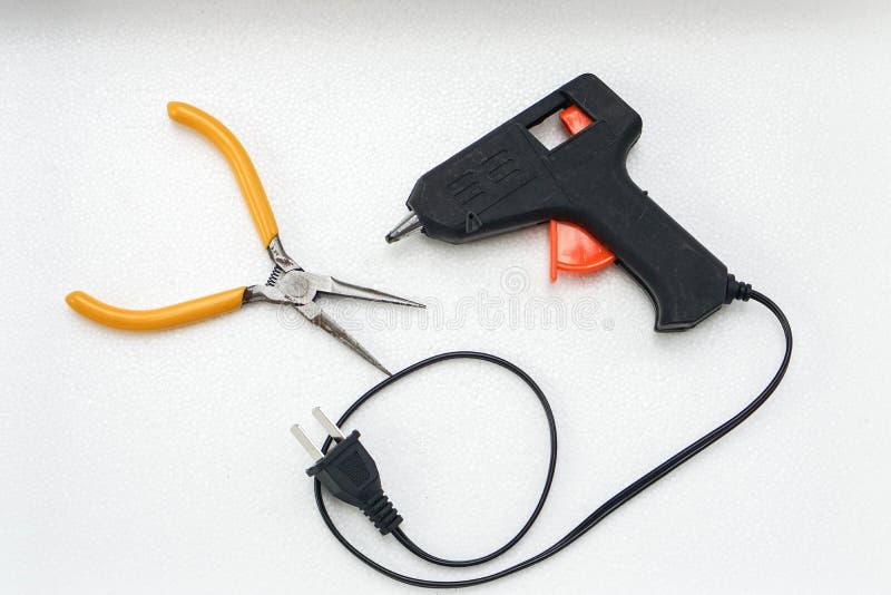 胶水枪和钳子DIY工作的 免版税库存图片