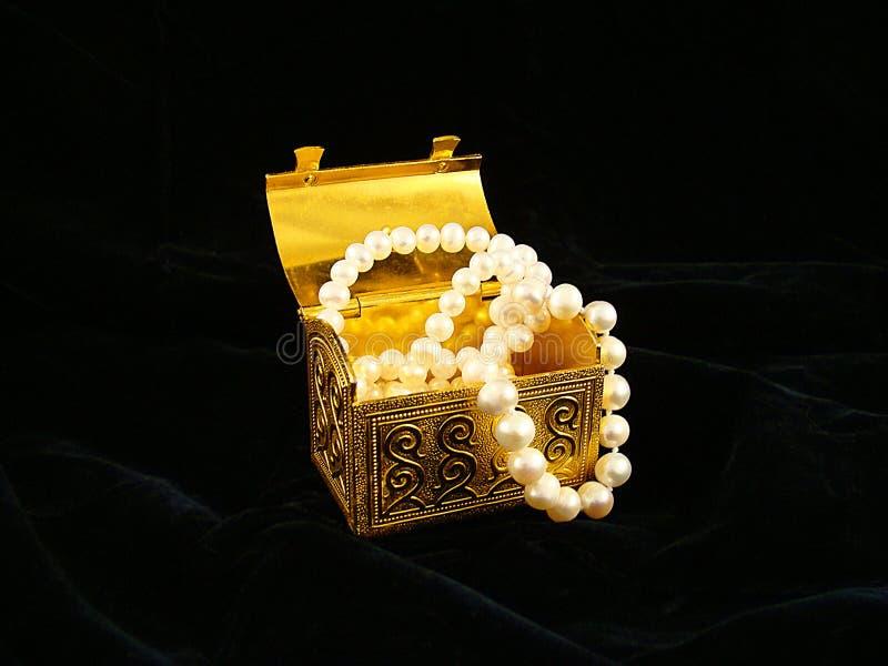 胸口镀金了项链珍珠 库存图片