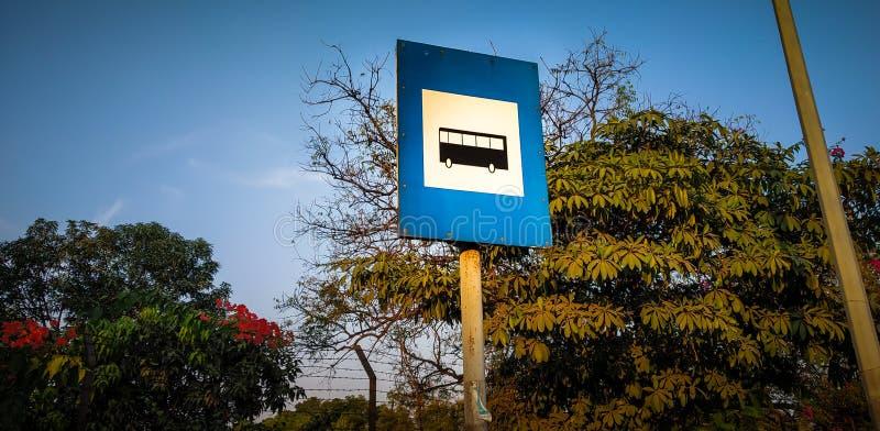 胸象在路的停车牌板 库存图片