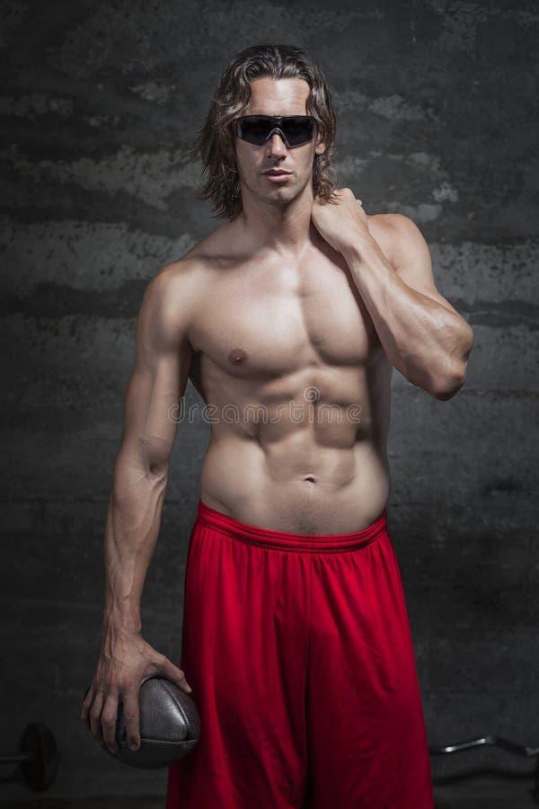胸部赤裸的肌肉人 免版税库存照片