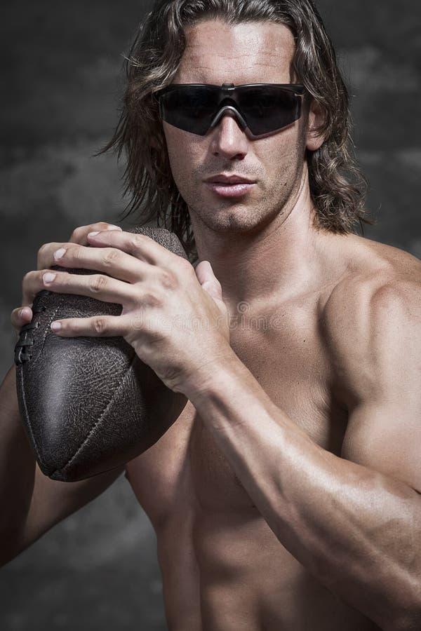 胸部赤裸的肌肉运动员半身画象  图库摄影