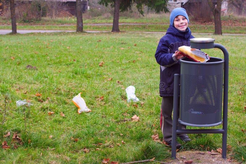 能儿童垃圾废弃物挑库微笑投掷 库存图片