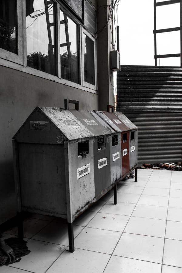8能在垃圾向量白色的eps例证 免版税图库摄影