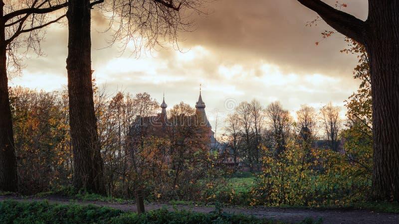 能在树unde后行被看见的城堡Doorwerth 免版税库存图片