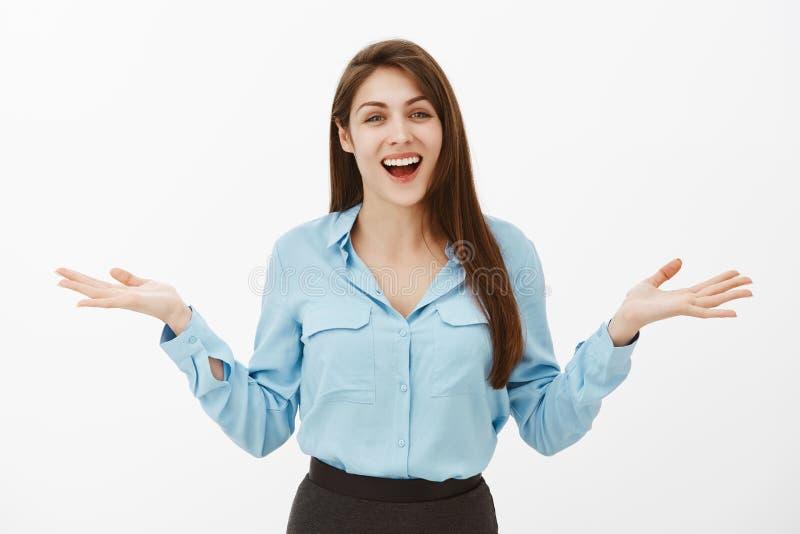 能您相信它,愉快象以前从未 快乐的激动的欧洲妇女画象蓝色正式女衬衫的,传播 免版税库存图片