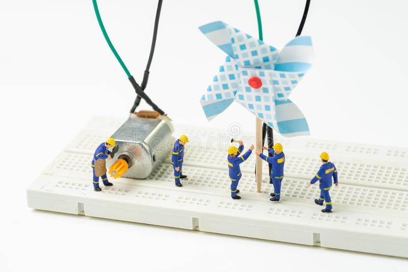 能承受的能量,供选择的干净的eco力量概念, miniatu 免版税库存照片
