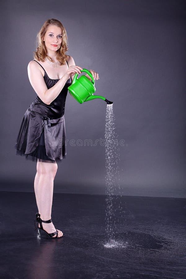 能浇灌的妇女 库存照片