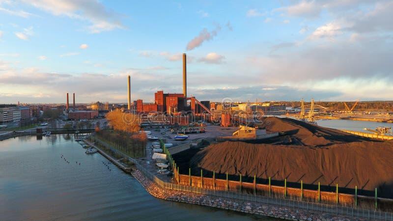 能源厂区域和大厦与烟囱和抽烟管 免版税库存照片