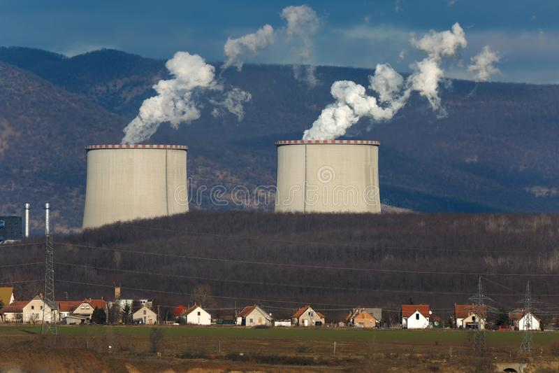 能源厂和村庄 免版税库存照片