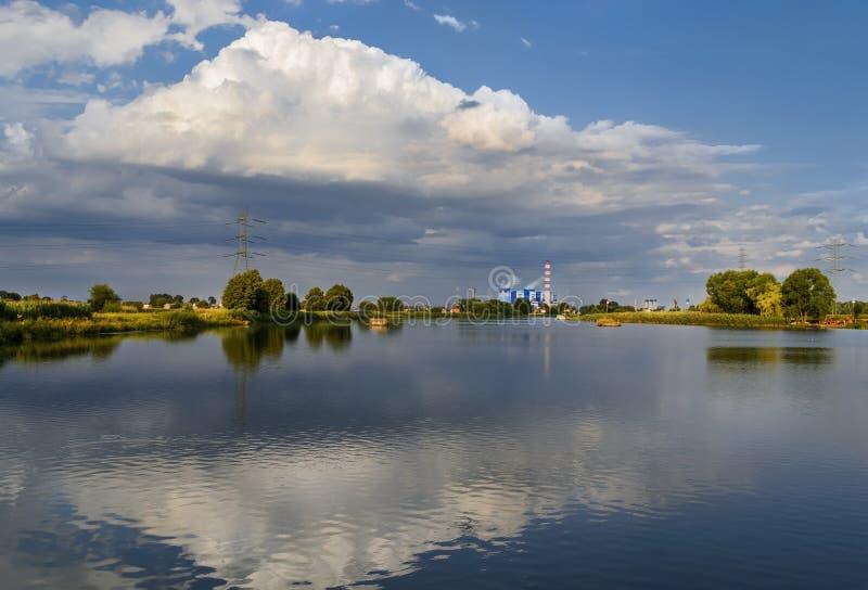 能源厂在奥得河的晚上在奥波莱附近 库存照片