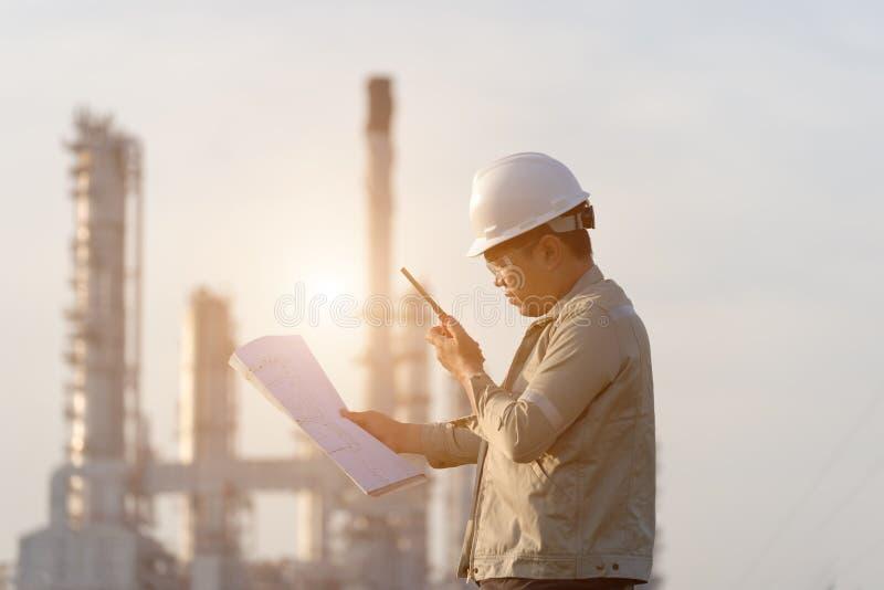 能源厂的人工程师, 免版税库存图片