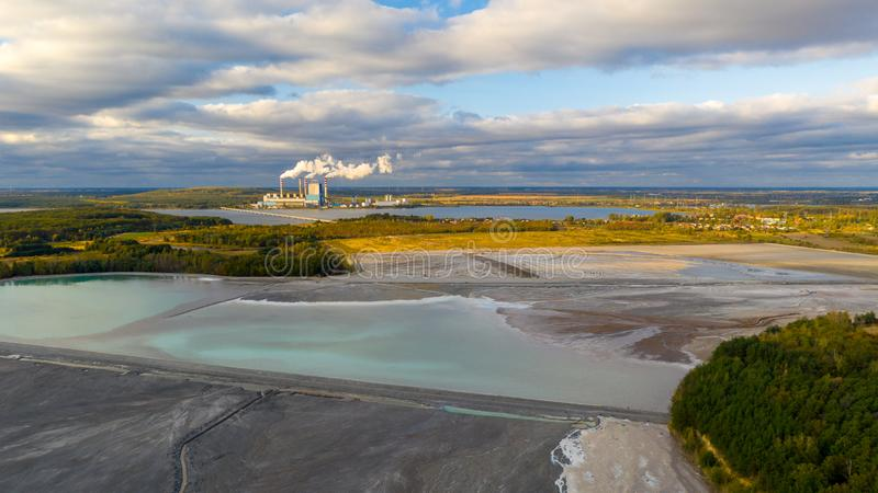 能源厂矿物废物供给动力的湖绿松石水 图库摄影