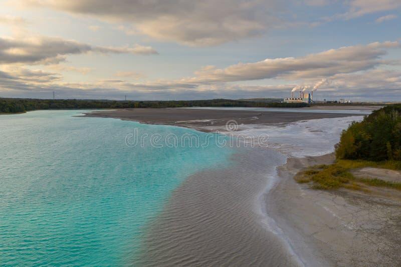 能源厂矿物废物供给动力的湖绿松石水 库存照片
