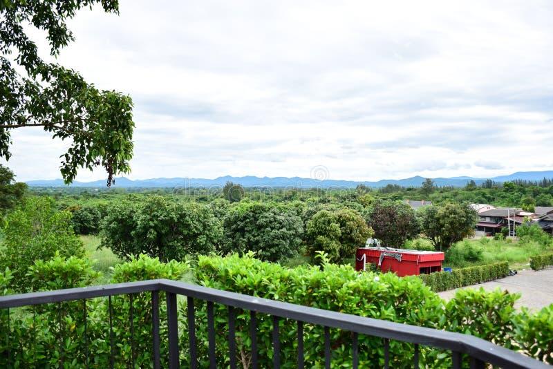能看到山景和绿色自然的阳台 免版税库存照片