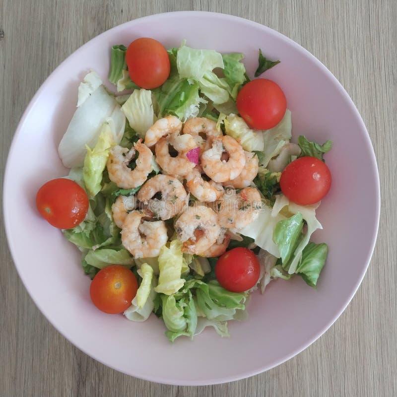 能转化为酮的膳食、虾沙拉与莴苣混合和蕃茄 减肥的Keto食物 免版税库存照片