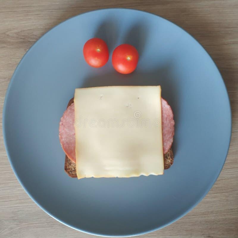 能转化为酮的膳食,蛋白质面包用蒜味咸腊肠,乳酪,蕃茄 减肥的Keto食物 r 图库摄影