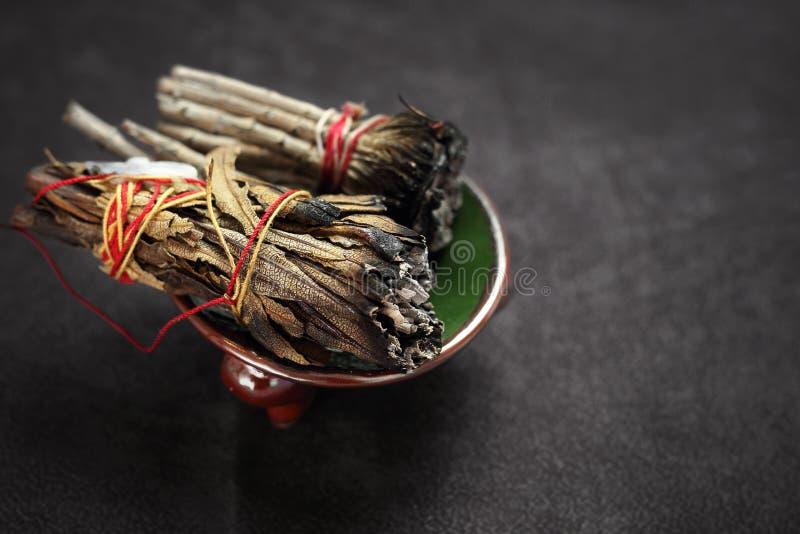 能量洗净的草本 香火用白色贤哲和雪松草本 免版税库存照片