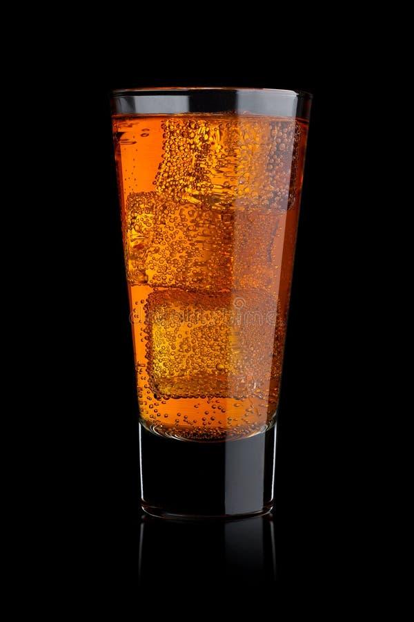 能量玻璃成了碳酸盐与冰的苏打饮料 免版税图库摄影