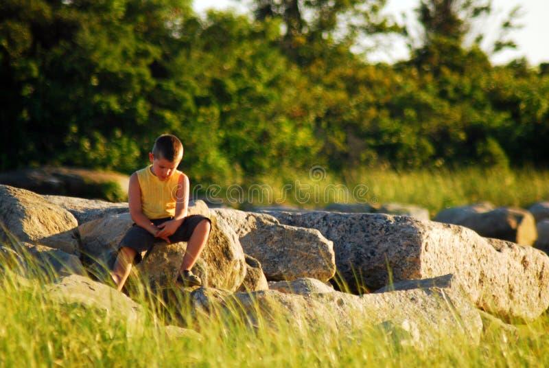 脆弱一个年轻的男孩单独感觉和 免版税图库摄影