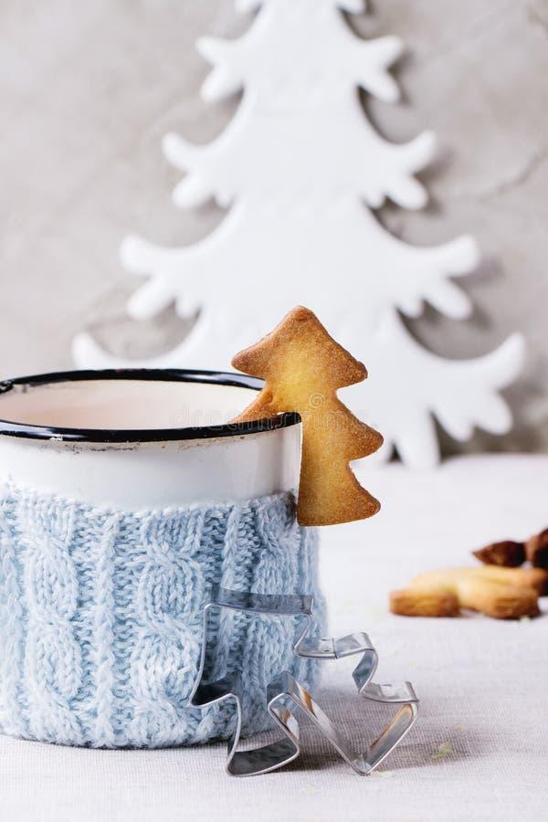 脆饼杯子的圣诞节曲奇饼 免版税库存图片