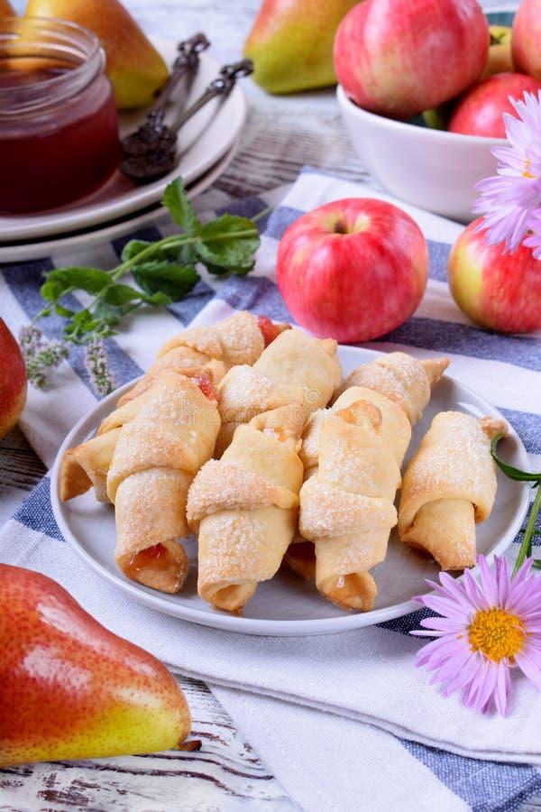 脆饼滚动了曲奇饼用苹果和梨果酱 免版税库存图片