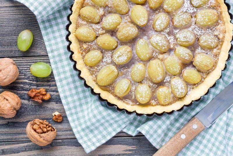脆饼面团葡萄馅饼用核桃果仁糖,顶视图,水平 免版税图库摄影